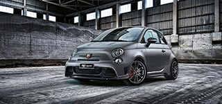 Abarth 695 Biposto in garage - visione frontale